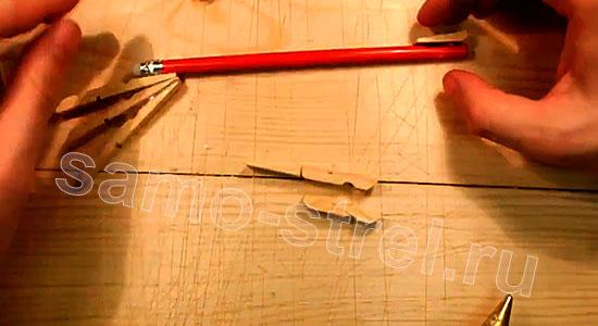 Многозарядный резинкострел - Приклейте зацеп для резинки