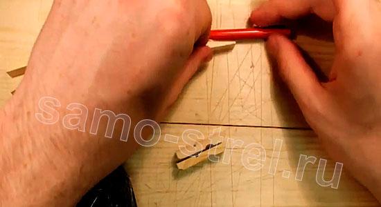 Многозарядный резинкострел - Приклейте второй отрезок прищепки снизу карандаша