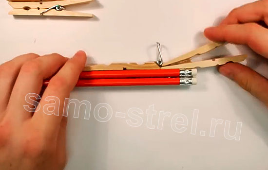 (How to make a rubber band gun) Многозарядный резинкострел - Приклейте пружину