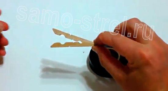 Как сделать рогатку из прищепки - Разберите прищепку и сложите подобным образом