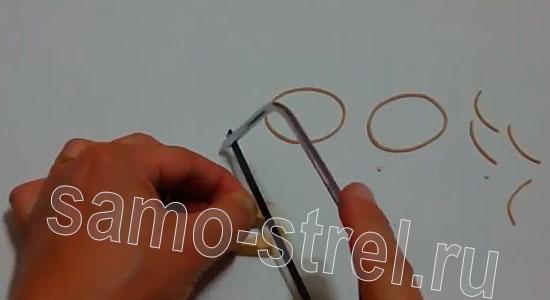 Как сделать рогатку из прищепки - Сделайте насечки для крепления резинок