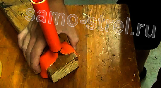 Рогатка из трубки (How To Make A PVC Slingshot) - Разогрейте феном трубку и приложите ее к деревянному бруску