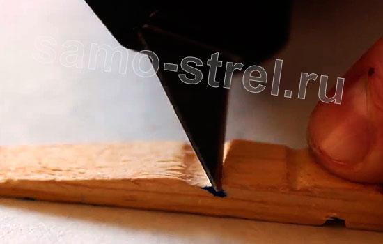 Самострел из прищепки - Вырежьте зацеп для пружины
