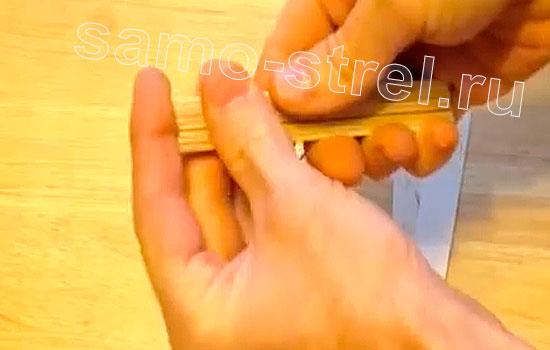 Сложите шпатели вместе и скрепите их резинками