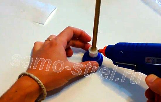 Пневматический самострел - Приклейте трубку ствол к крышке
