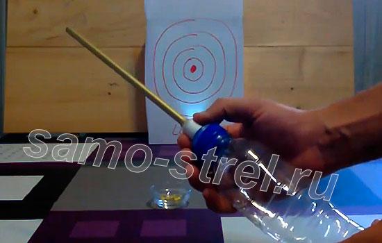Указательным и большим пальцем приоткройте крышку и произойдет выстрел из пневматического самострела
