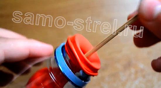 Самострел из шарика и бутылки (How To Make An Easy Slingshot Out Of a Water Bottle And a Balloon) - Вставьте стрелу и проверьте самострел