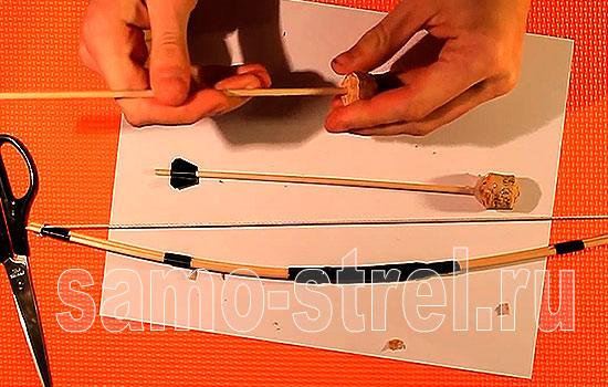 Вставьте палочку в пробку так, чтобы получился наконечник стрелы
