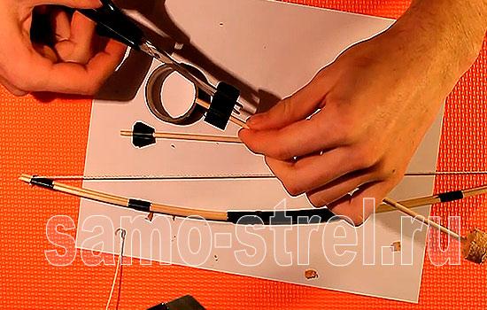Из изоленты сделайте оперение стрелы