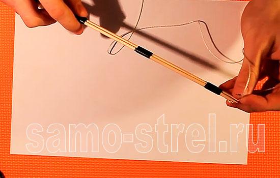 Мини лук - Завяжите узел на конце капроновой нити и вставьте его между палочками