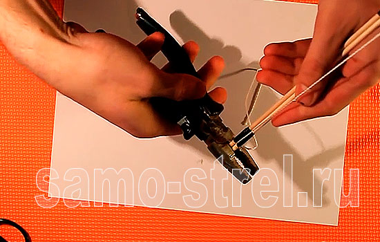 Обрежьте плоскогубцами  острые края палочек мини лука