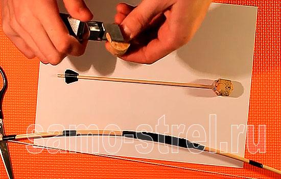 Обрежьте винную пробку для изготовления наконечника стрелы