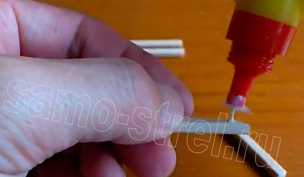 Пистолет резинкострел - Один отрезок приклейте в качестве рукоятки пистолета