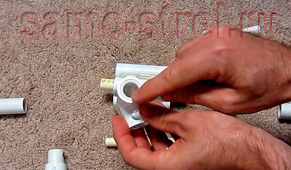 Как сделать духовую трубку - В передний тройник также вставьте обрезок трубки