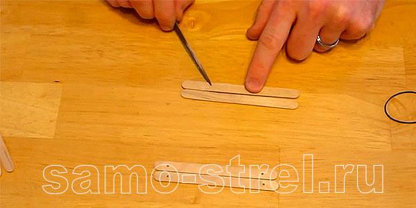 Как сделать мини лук - На двух других сделайте отверстия на расстоянии 2,5-3 см от края
