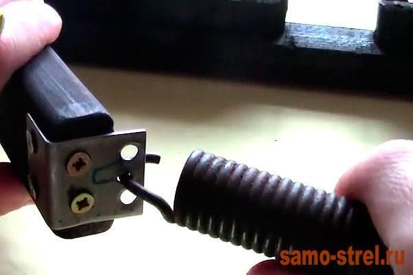 Как сделать блочный лук - Прикрепите пружину к плечу лука (how to make the compound bow)