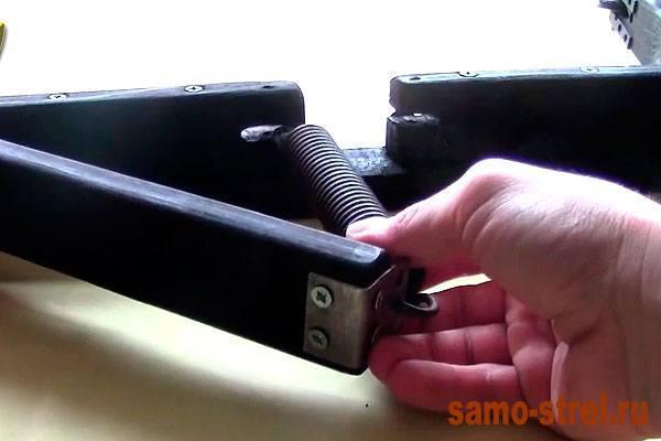 Как сделать блочный лук - Закрепите также и второй край пружины (how to make the compound bow)