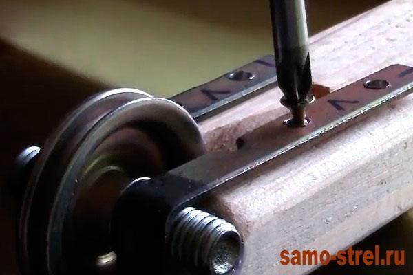 Как сделать блочный лук - Прикрутите колесики (how to make the compound bow )