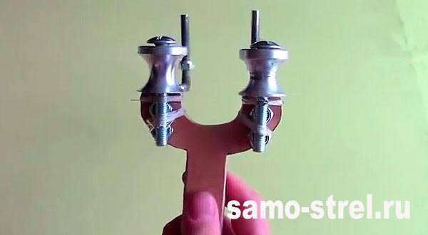 Рогатка для стрел - Прикрепите колесики с тыльной стороны рогатки
