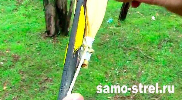 Рогатка для стрел - С обратной стороны привяжите к жгуту капроновую нить
