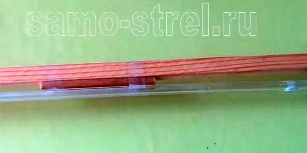 Как сделать пневматическую рогатку - Прикрепите планку скотчем