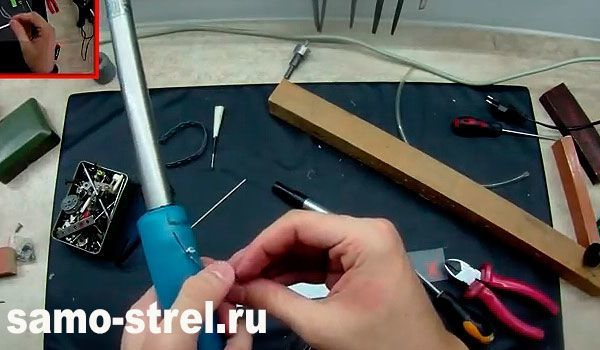 Винтовка внутреннего сгорания - Присоедините провода от пьезо элемента