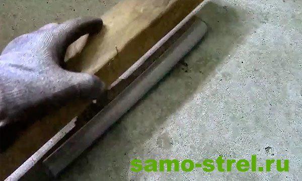 Как сделать арбалет пистолетного типа - Прижмите ПВХ трубку деревянной планкой