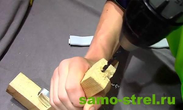 Как сделать арбалет пистолетного типа - В центре ствола арбалета просверлите отверстие