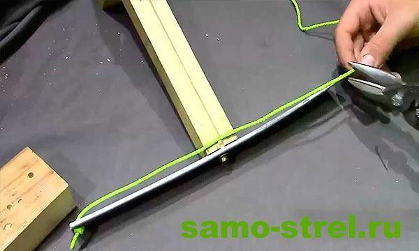 Как сделать арбалет - Прикрутите лук из ПВХ к рукояти арбалета и привяжите тетиву