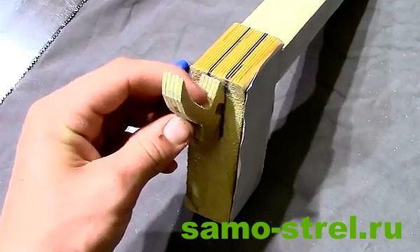 Как сделать арбалет пистолетного типа - Толщина пропилов равна толщине спускового крючка
