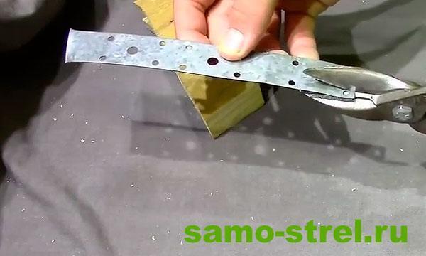 Как сделать арбалет пистолетного типа - Вырежьте скобу для спускового крючка